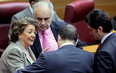 Rita Barberá charla con los diputados del PP en las Cortes.   Efe