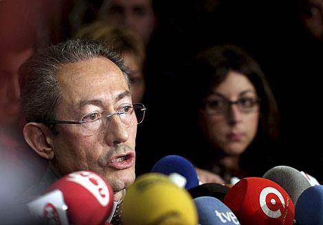 Ángel Luna en declaraciones a los medios en los pasillos de las Cortes   Efe.