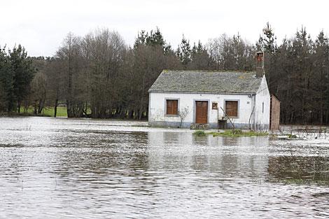 En A Terracha (Lugo) se han producido inundaciones por el desbordamiento del río. | Efe