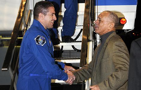El director de la NASA, Charles Bolden, (d) saluda a George Zamka tras el aterrizaje del Endeavour. | Reuters