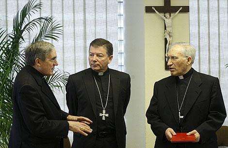 Martínez Camino (centro) charla con Rouco Varela (dcha.) y Martínez Sistach. | Efe