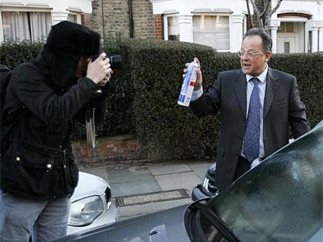 El abogado británico, en 2006, en Londres, ante un fotógrafo. | Reuters