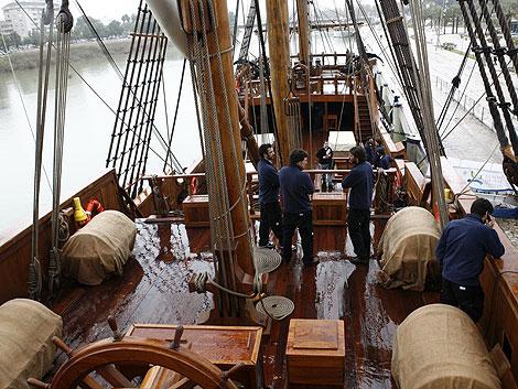Algunos miembros de la tripulación aguardan en el navío el buen tiempo.   Esther Lobato