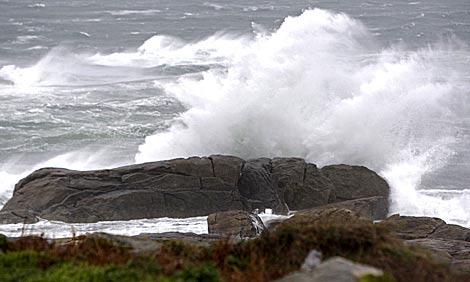 Las olas del mar golpean con fuerza en la costa gallega.   Efe