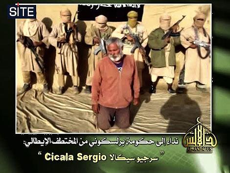 El rehén italiano, rodeado por terroristas durante la grabación. | Afp