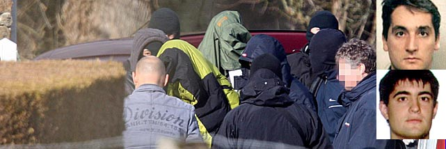Los detenidos Ibon Gogeaskoetxea, Beinat Aguinagalde y un tercer etarra sin identificar. | AFP