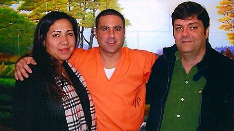 Pablo Ibar, junto a su esposa y el periodista Manuel Aguilera, en la prisión de Raiford, en Florida.
