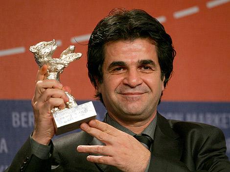 El cineasta Jafar Pahani recibe el Oso de Plata en la Berlinale.   AFP