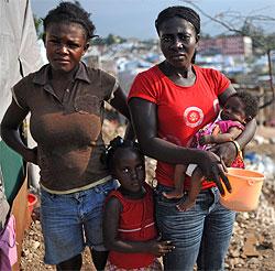 Unas mujeres, con sus hijos, en Haití. | Afp
