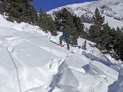 Búsqueda de tres montañeros en La Collarada, en el Pirineo oscense.   Efe