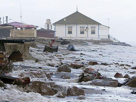 Las viviendas de primera línea de playa se han visto afectadas por el oleaje. | Efe