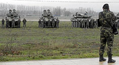 Militares del Cuerpo de Caballería en la base de Santovenia. | Montse Álvarez