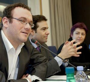 Miembros del Intergrupo de la Juventud: Damien Abad (PPE), nacido en 1980; Pablo Zalba (PPE) y Eider Gardiazabal (S&D), ambos nacidos en 1975.