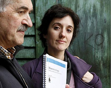 Peio Aierbe y Anna Stern con el infoma de SOS Racismo. | Efe