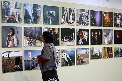 Un hombre observa algunas de las fotografías que forman parte de la exposición   Efe