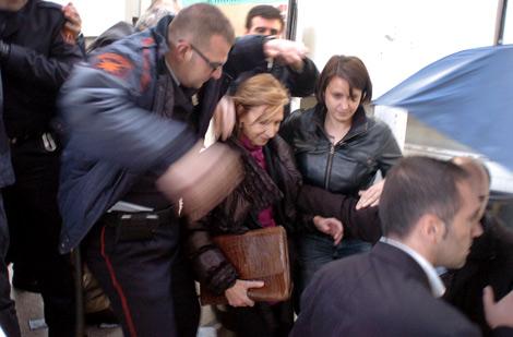 Un miembro de seguridad protege a la presidenta de UPyD.| Oscar Espinosa