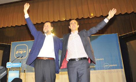 Bauzá celebra su victoria con Mariano Rajoy.   Alberto Vera