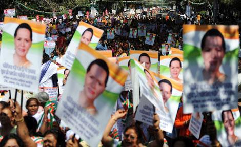 Carteles de apoyo a Sonia Gandhi. | Afp