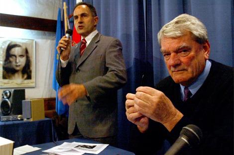 Varela junto al revisionista nazi, David Irving en una conferencia en su librería.  A. Moreno