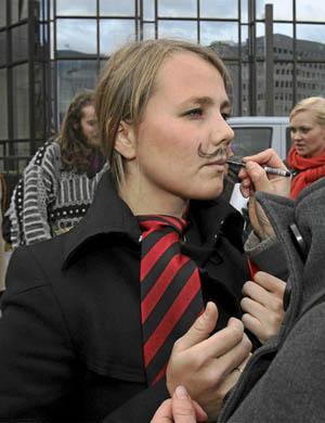 La eurodiputada Emilie Turunen en noviembre, manifestándose a favor de mayor presencia femenina en la Comisión Europea. | AP