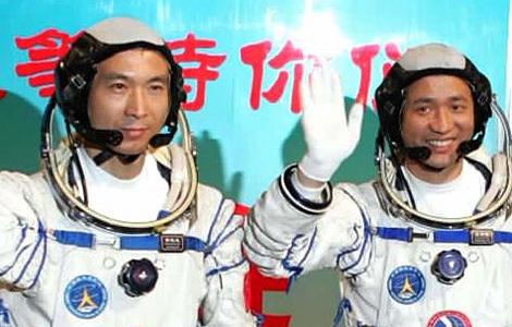 Dos astronautas chinos durante la presentación de una misión en 2005. | Reuters
