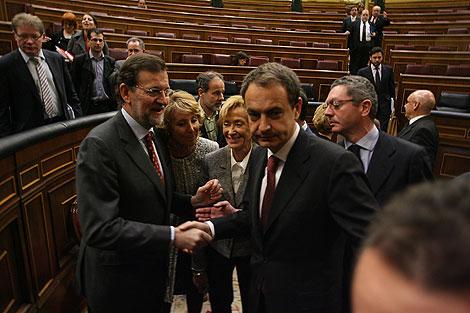 Zapatero y Rajoy se saludan tras el minuto del Congreso. | Alberto Cuéllar