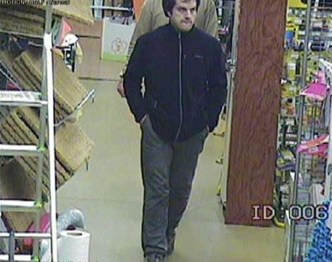 El etarra fue grabado haciendo compras en un supermercado. | Efe