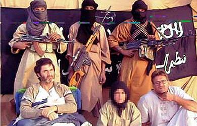 Los cooperantes catalanes con sus captores. | Al Arabiya