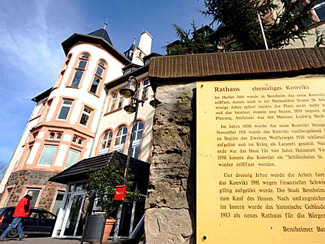 Cartel informativo sobre la historia de esta escuela de Meinz, bajo el punto de mira. | Efe