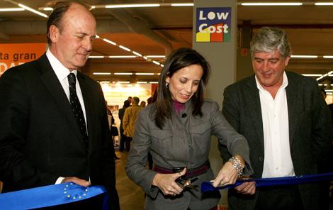Corte de cinta inaugural del Low Cost de Beatriz Corredor. | Elmundo.es