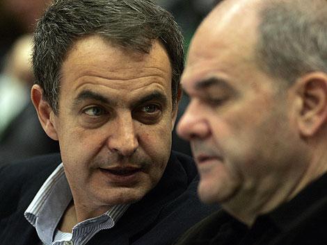Zapatero comparte confidencias con Chaves en el congreso del PSOE-A en Sevilla.   J. Morón