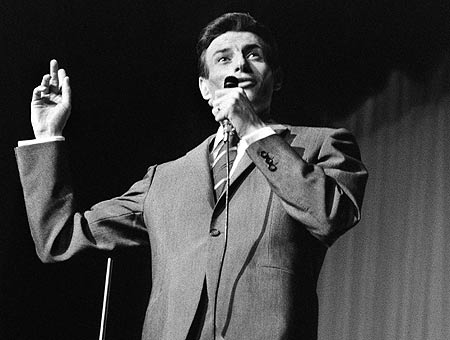 Ferrat, en una actuación en París en 1966. | Afp