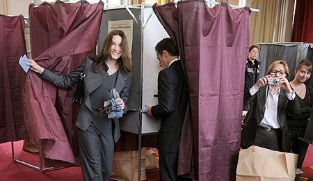 Sarkozy y Carla Bruni votan en un colegio electoral en París. | Ap