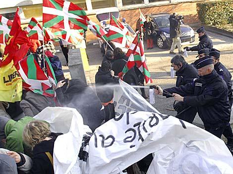 La Policía francesa carga contra un grupo de manifestantes. | AFP