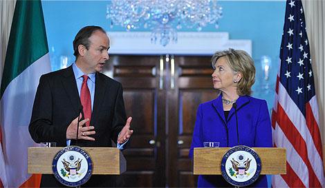 Michael Martin junto a Hillary Clinton, en la rueda de prensa. | Ap