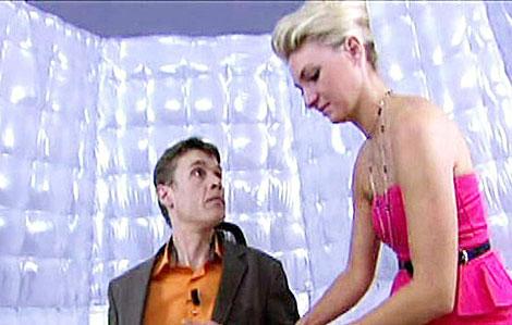 Una azafata coloca en la silla eléctrica al falso jugador.