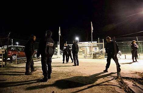 Un grupo de policías franceses en el lugar donde fue asesiando su compañero. | Le Parisien