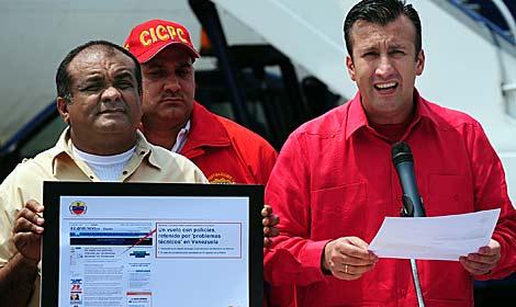 El ministro del Interior, con la noticia de ELMUNDO.es | AFP