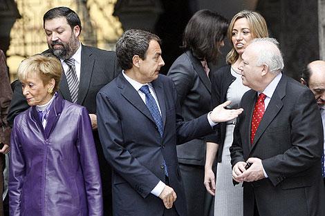 José Luis Rodríguez Zapatero, con algunos de sus ministros, en Sevilla. | Fernando Ruso.
