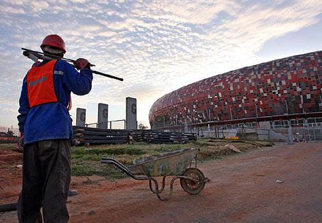 Obreros trabajando en la construcción de un nuevo estadio en Sudáfrica. | Efe