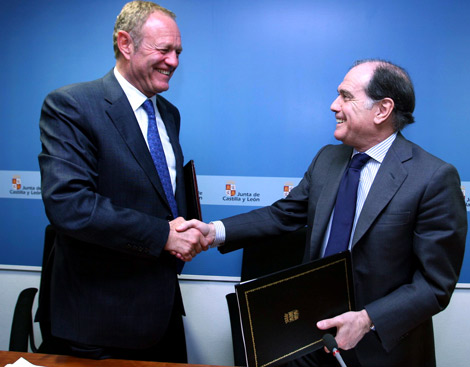 El vicepresidente segundo y consejero de Economía y Empleo, Tomás Villanueva, y el presidente de Renault España, Jean Pierre Laurent, firman un documento para el futuro desarrollo del vehículo eléctrico .  Ical
