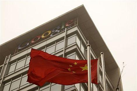 Una bandera china ondea junto a la sede de Google en Pakín. | Afp