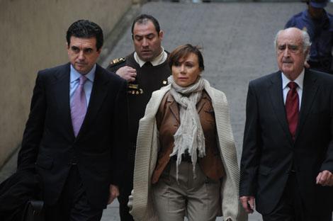 Matas llega a los Juzgados de Palma junto a su mujer y su abogado. | Pep Vicens
