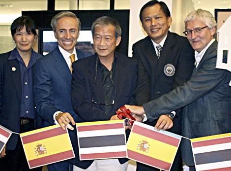 El embajador de España en Tailandia, Antonio Millán (2ºi), y el comisario de la muestra, José León Paniagua (d), junto a autoridades tailandesas durante la inauguración de la exposición. | Efe