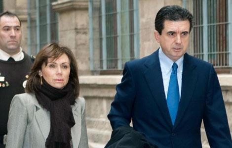 Jaume Matas y su mujer a su llegada a los Juzgados.   Efe