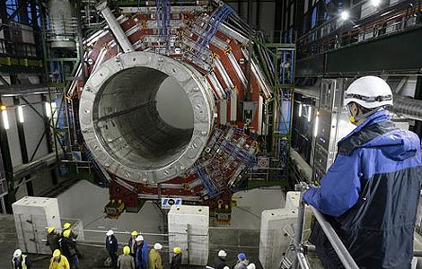 Técnicos del CERN comprueban uno de los componentes.   AP