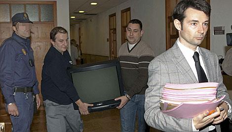 Funcionarios trasladan equipos y documentación a otra sala | Efe