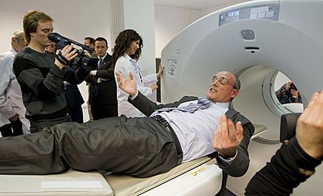 Bengoa sale de la nueva máquina para detectar tumores. | Efe