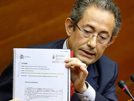 Ángel Luna exhibe el informe policial, durante el pleno de las Cortes. | Benito Pajares