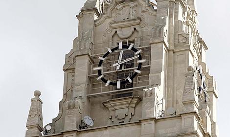 El reloj de un emblemático edificio de la Gran Vía madrileña.   Foto: Diego Sinova